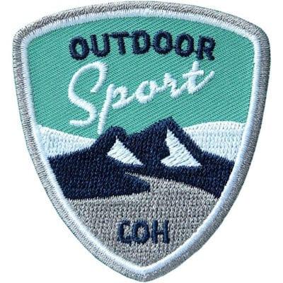Hochwertig gesticktes Outdoor Sport Patch der Marke Club of Heroes. Abzeichen, Aufnäher, Bügelbild zum Aufnähen oder Aufbügeln auf Kleidung, Rucksack, Caps. In Olive