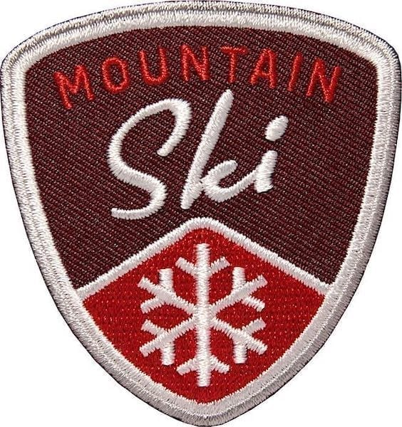 Mountain Ski Wintersport Aufnäher von Club of Heroes. Weinrot