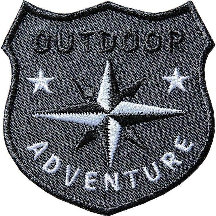 Grau Outdoor Patch Bügelbild Aufnäher mit Kompass Olive. Aufnäher von Club of Heroes. Hochwertig gestickte Patches wie Aufbügler Bügelbilder Bügelflicken zur Veredelung von Textilien, zum Aufbügeln oder Aufnähen auf Jacken, Kleidung.