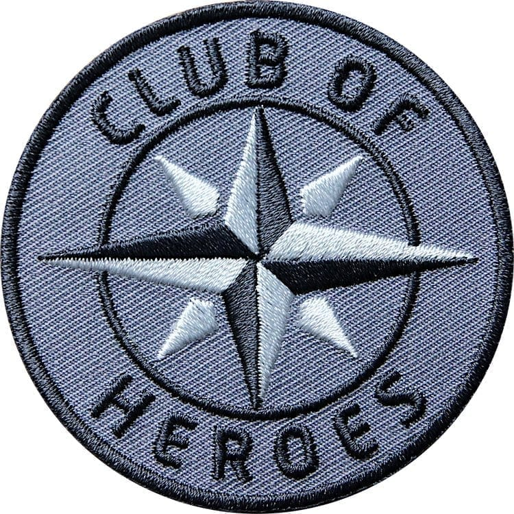 Grau COH Kompass Patch Bügelbild Aufnäher mit Kompass Olive. Aufnäher von Club of Heroes. Hochwertig gestickte Patches wie Aufbügler Bügelbilder Bügelflicken zur Veredelung von Textilien, zum Aufbügeln oder Aufnähen auf Jacken, Kleidung.