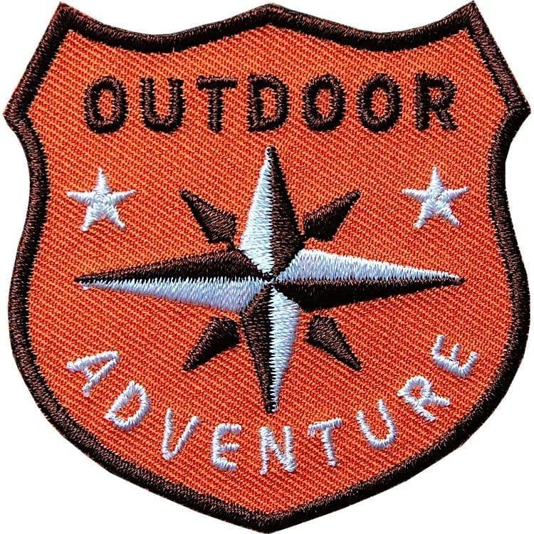 Orange Outdoor Patch Bügelbild Aufnäher mit Kompass Olive. Aufnäher von Club of Heroes. Hochwertig gestickte Patches wie Aufbügler Bügelbilder Bügelflicken zur Veredelung von Textilien, zum Aufbügeln oder Aufnähen auf Jacken, Kleidung.