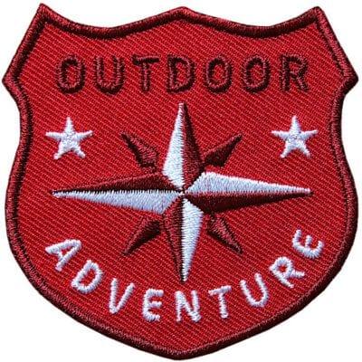 Rot Outdoor Patch Bügelbild Aufnäher mit Kompass Olive. Aufnäher von Club of Heroes. Hochwertig gestickte Patches wie Aufbügler Bügelbilder Bügelflicken zur Veredelung von Textilien, zum Aufbügeln oder Aufnähen auf Jacken, Kleidung.