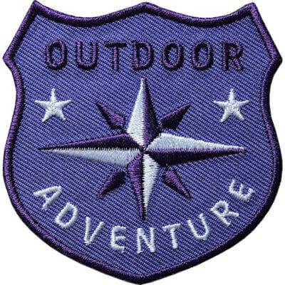 Violett Outdoor Patch Bügelbild Aufnäher mit Kompass Olive. Aufnäher von Club of Heroes. Hochwertig gestickte Patches wie Aufbügler Bügelbilder Bügelflicken zur Veredelung von Textilien, zum Aufbügeln oder Aufnähen auf Jacken, Kleidung.